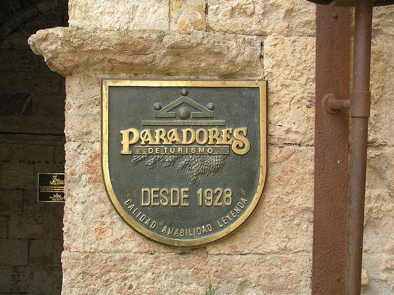 800px-Emblema_de_Paradores_de_Turismo,_en_la_puerta_del_Parador_establecido_en_el_Castillo_de_Enrique_II